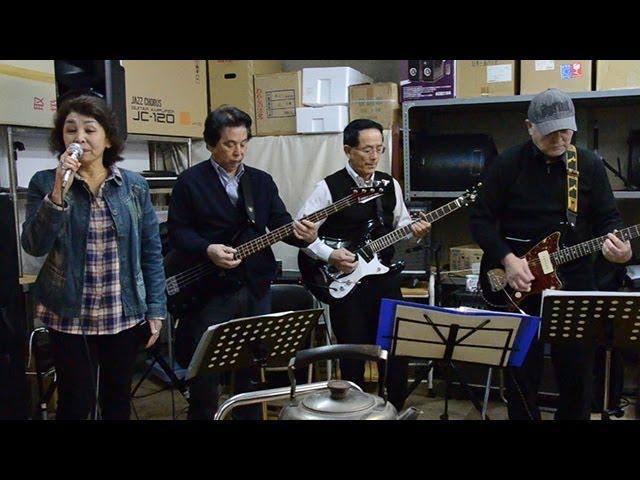 シニアバンドが福井駅前のご当地ソング発表